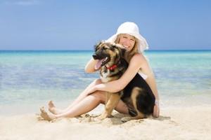 Frau mit Hund am Strand