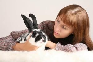 eine Frau und ein Kaninchen