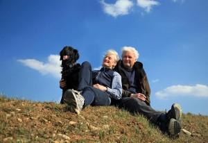 ein Pärchen mit Hund im Urlaub