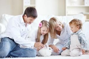 eine Familie mit einem Kaninchen