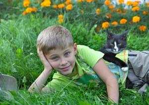 ein Junge mit einer Katze