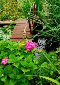 eine Teichbrücke